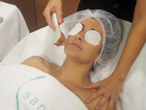 Cómo eliminar los brillos de la piel del rostro