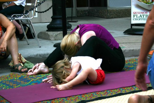 Conoce los beneficios que tiene la practica de yoga en tu hijo