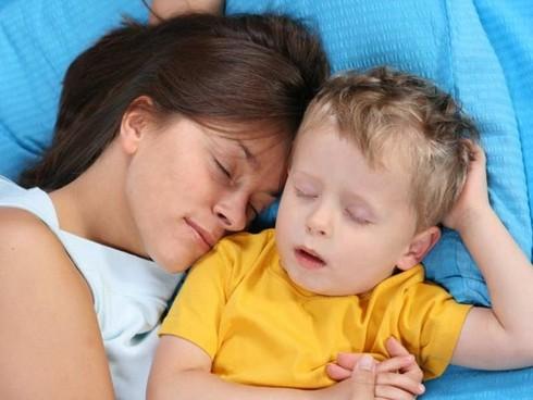Es buena acostumbrar a los hijos a dormir con los padres?