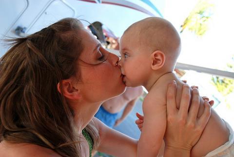 Es bueno besar a los hijos en la boca?