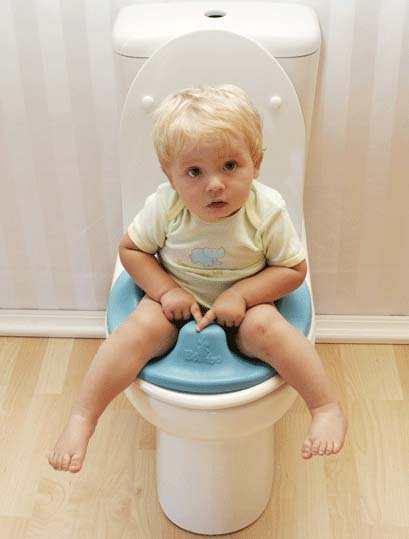 La interacción de los niños con un baño público