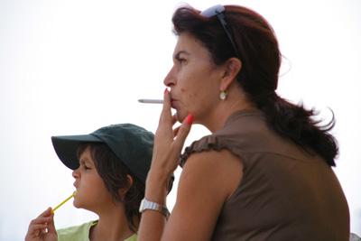 Padres pueden transmitir a los niños hábito de fumar