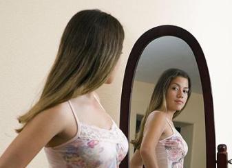 Para padres: qué hacer cuando las jóvenes no pueden mirarse al espejo