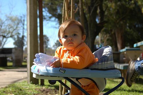 Ventajas y riesgos de los andadores para bebés